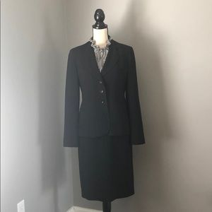 Gorgeous ANN TAYLOR 2pc suit size 4 Black